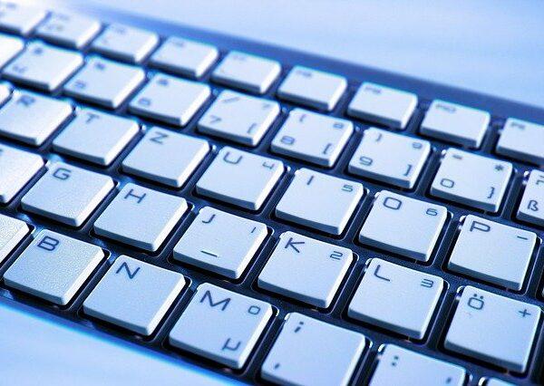 Dlaczego klawiatura wpisuje cyfry zamiast liter?